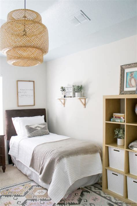 Neutral guest room with twin beds, blue ceiling   House Mix